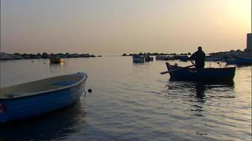 barcos flotando en el agua