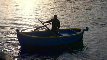 hombre remando en un bote de remos