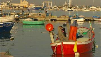 Los pescadores fijan la red de lanzamiento en el barco