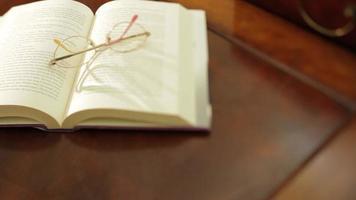 un libro con gli occhiali video