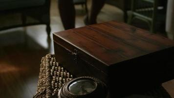 l'uomo apre una scatola di legno