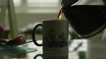 versando il caffè in tazza