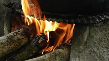 leña y fuego en la cocina al aire libre