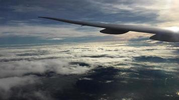 Blick auf Wolken und Flugzeugflügel in der Abenddämmerung video
