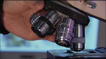 girando uma lente de microscópio