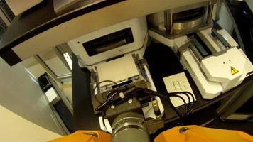 pov de braço de laboratório robótico