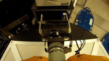 bras robotique pov en laboratoire video