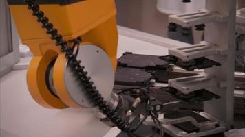 un bras robotisé place une diapositive video