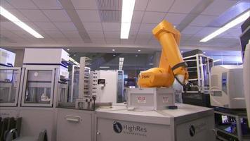 braço robótico amarelo em laboratório video