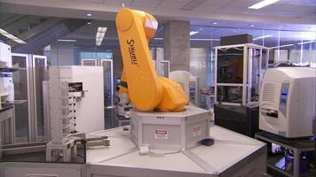 braço robótica em um laboratório