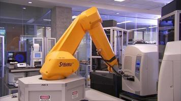 braço de laboratório biomecânico em uso video