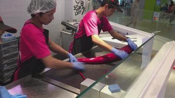 trabalhadores rolando doces em uma confeitaria asiática video