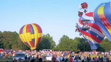 show de balão de ar quente e multidão
