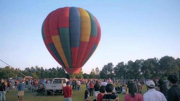 balões de ar quente sobem conforme são acionados
