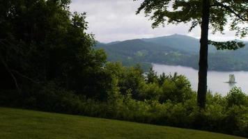vista al lago desde una colina