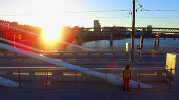 Drohnen-Überflugmaterial auf Tilikum-Überbrückungsbrücke während des Sonnenuntergangs
