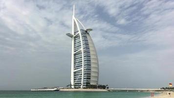 vista del burj al arab desde la costa del golfo arábigo 4k