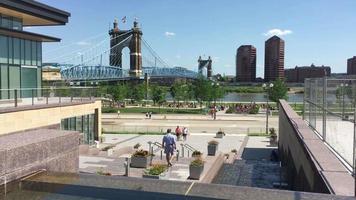 vue du centre-ville de cincinnati avec pont 4k video