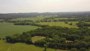Imágenes de drones aéreos de campo 4k