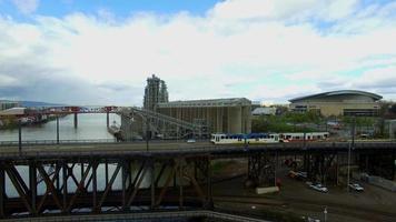 Drohnenaufnahmen der Brücke, während Züge und Autos vorbeifahren