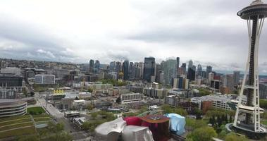 riprese di droni attraverso Seattle, vicino allo Space Needle