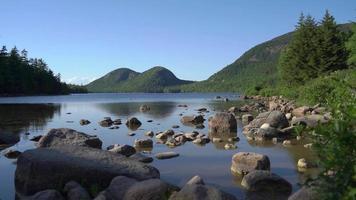 rochas no lago 4k video