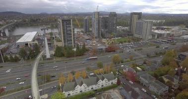 imágenes de paso elevado de drones de una autopista en Portland, o
