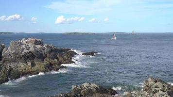 veleiro pela costa rochosa 4k video