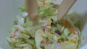 mezclando un tazón de ensalada 4k