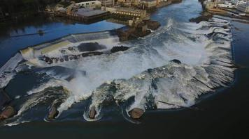 Drone flyover willamette falls con antiguas fábricas en segundo plano. video