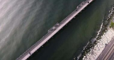 imagens aéreas de pequena ponte de pedestres