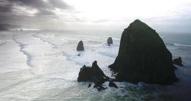 imagens aéreas sobre grandes rochas no oceano video
