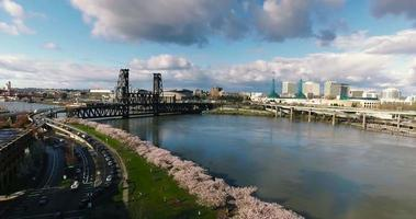 Toma aérea de drone del río oregon bridge descendiendo en 4k
