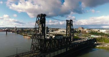 Toma aérea de drone del río oregon bridge en 4k video