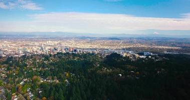 Toma aérea de drone de portland oregon mnt hood downtown en 4k video