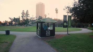 foto de rastreamento de jardim em poços de la Brea tar e museu em 4k video