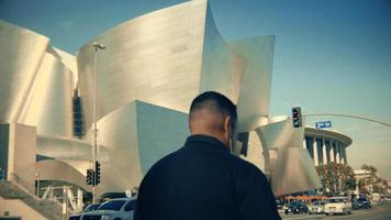 Handaufnahme der Fassade des Walt Disney Konzertsaals in Los Angeles in 4k.