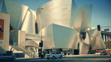 Langsamer Schwenkschuss rechts von der Fassade des Walt Disney-Konzertsaals in Los Angeles in 4 km.