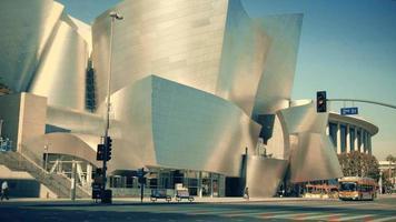Vertikaler Schwenkschuss von der Fassade des Walt Disney-Konzertsaals in Los Angeles in 4 km.