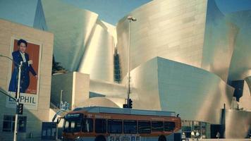 Panning Shot geht runter und dann rechts von der Fassade des Walt Disney Konzertsaals in Los Angeles in 4k.