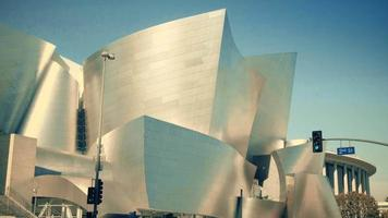Langsamer vertikaler Schwenkschuss von der Fassade des Walt Disney-Konzertsaals in Los Angeles in 4 km.