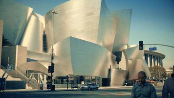 Panning Shot geht runter und dann rauf von der Front des Walt Disney Konzertsaals in Los Angeles in 4k.