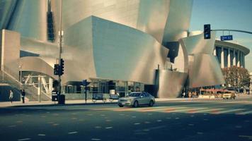 horizontaler Schwenkschuss links von der Fassade des Walt Disney-Konzertsaals in Los Angeles in 4 km.