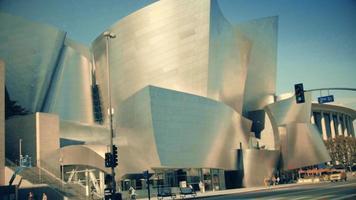 Foto panorâmica vertical rápida descendo da fachada da sala de concertos da Walt Disney em Los Angeles em 4k.