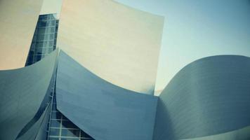close-up panorâmico indo para a direita da escada de entrada da sala de concertos da Walt Disney em Los Angeles em 4k.