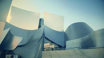 Nahaufnahme Panning Shot geht dann rechts von der Eingangstreppe des Walt Disney Konzertsaals in Los Angeles in 4k.
