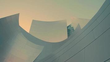 Extremo close-up de movimento panorâmico lento indo para a direita da sala de concertos da Walt Disney em Los Angeles em 4k.