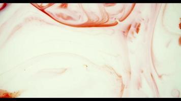pintura roja moviéndose desde la parte superior de la escena creando líneas aleatorias video