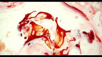 pintura roja moviéndose a la derecha de la escena creando formas aleatorias