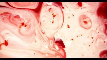 pintura roja moviéndose hacia la derecha sobre una superficie blanca creando formas orgánicas en 4k